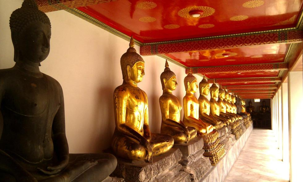 A row of Buddhas in Wat Pho