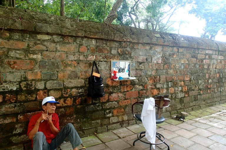 A barbershop at the wall of the Temple of Literature